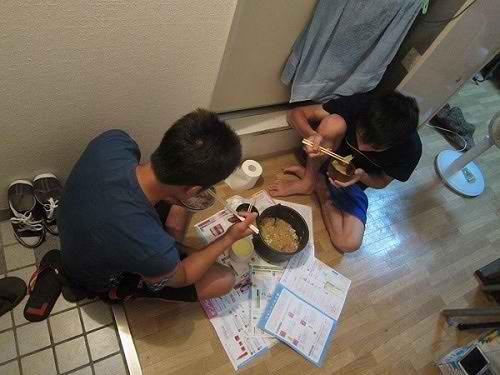 Du học sinh làm tăng ca tháng 50 triệu vẫn không đủ tiêu ở Nhật