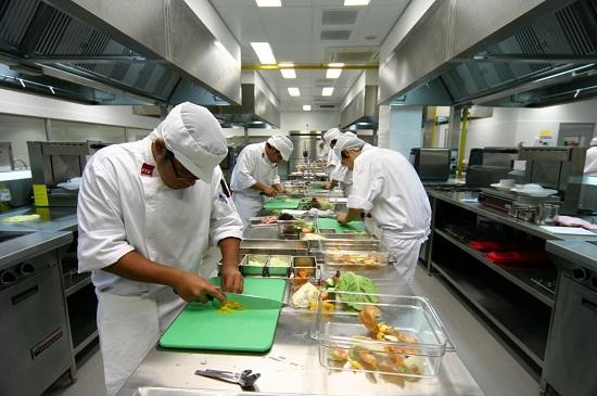 Các đầu bếp làm nhiệm vụ chế biến thức ăn
