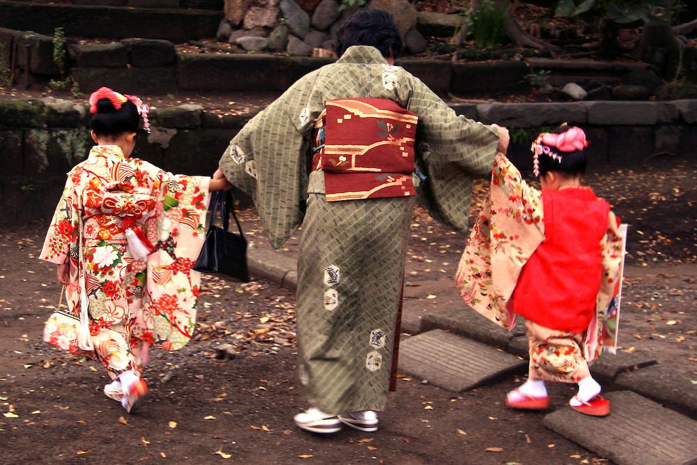 Những đứa trẻ được ông bà, bố mẹ lên đền tham dự lễ hội Shichi-go-san