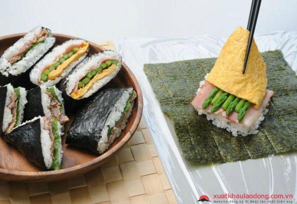 Nhân làm cơm nắm Onigiri Nhật Bản