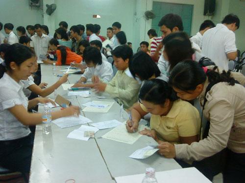 Hàng nghìn lao động đăng ký làm hộ chiếu đi xuất khẩu lao động