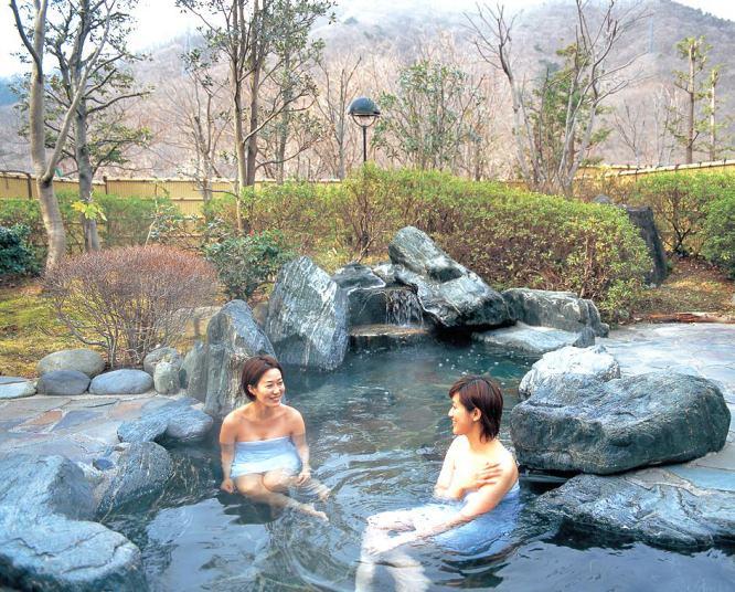 Hình ảnh 2 thiếu nữ tắm chung tại Nhật Bản