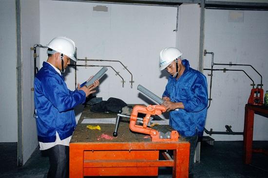 nhân viên lắp đặt ống nước xklđ Nhật Bản