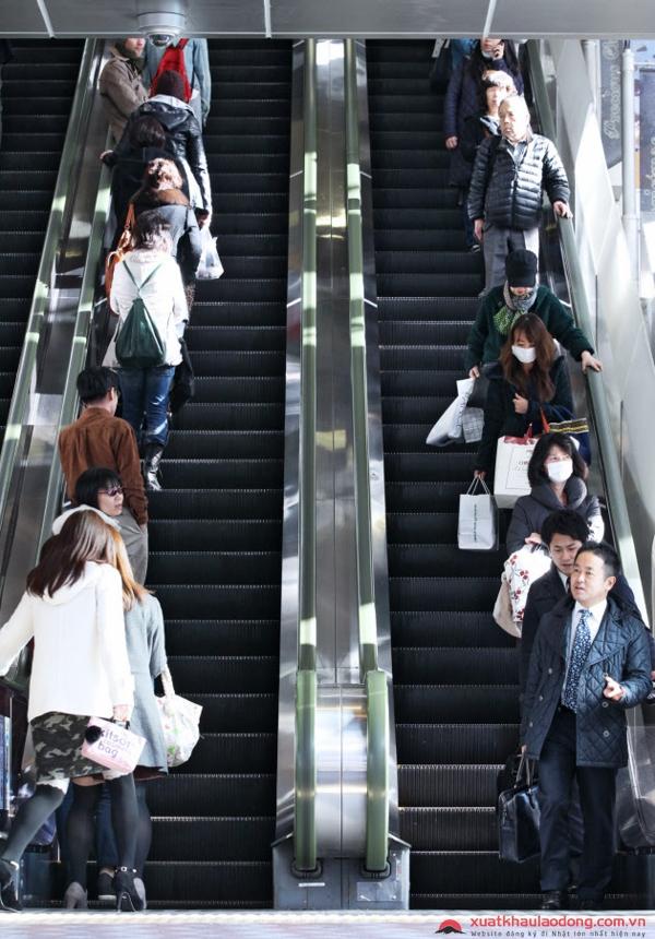 Người Nhật đi thang máy về bên trái