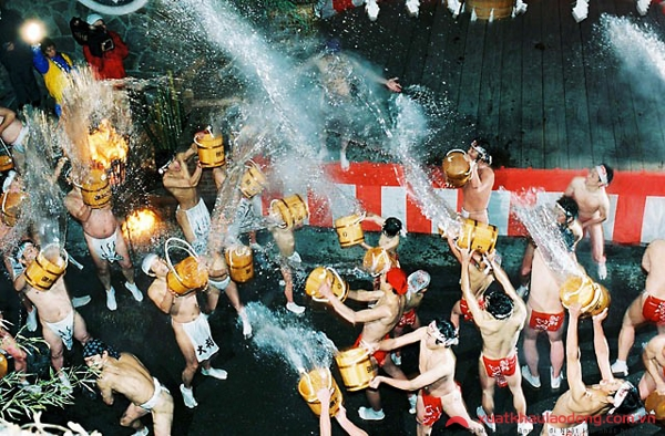 lễ hội té nước nóng ở Nhật Bản