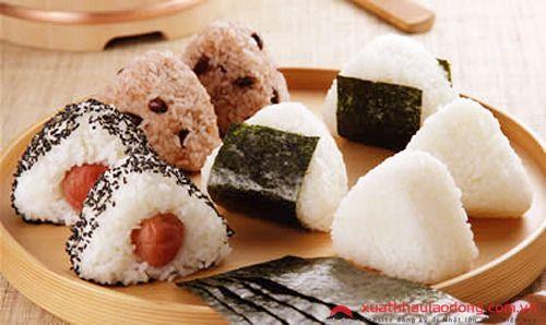 Hình dạng của Onigiri thường có hình tam giác hoặc bầu dục và được phủ tảo biển (nori).
