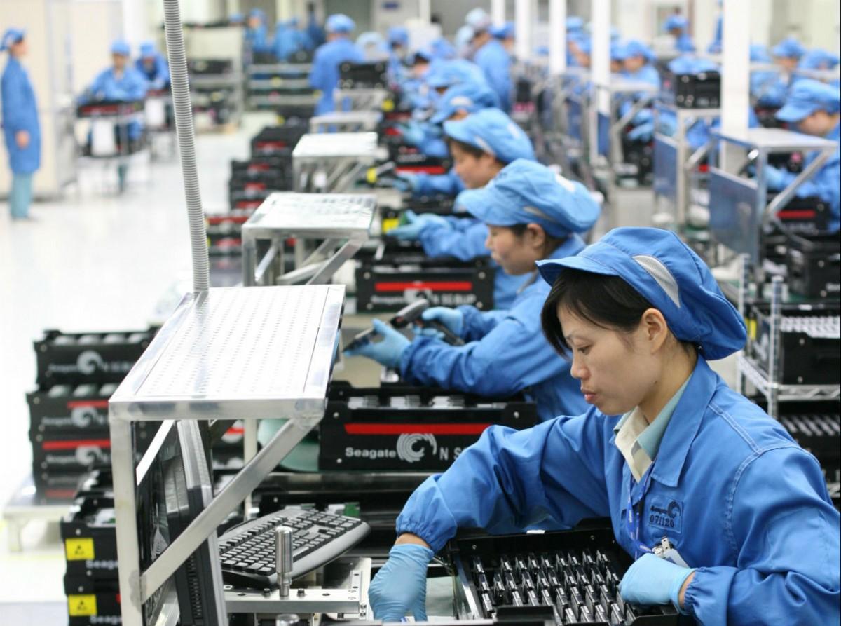 20 nữ lắp ráp linh kiện điện tử ở Nagano, Nhật Bản