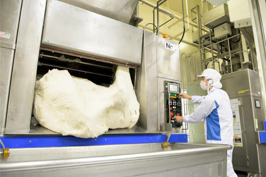 20 nam/nữ làm bánh mỳ tại Toyama, Nhật Bản