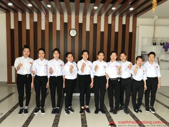 Các bạn nữ hào hứng chờ đón buổi thi tuyển đơn hàng điện tử tại Nhật