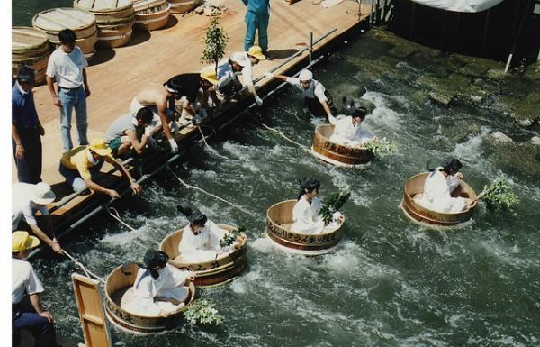 Lễ hội đua bồn tắm bằng gỗ độc đáo ở Nhật Bản