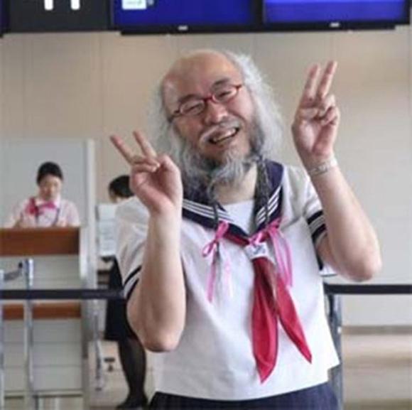 """Cụ ông Nhật Bản """"gây sốt'  vì thích mặc váy nữ sinh"""